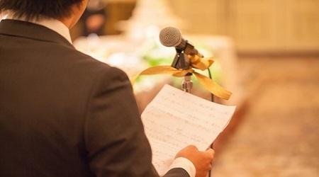 754d700b1dc53 結婚披露宴でよく見られるお祝いのスピーチは定番中の定番です。新郎新婦をよく知る人 がどんなエピソードを披露してくれるのか、親族、ゲストみんなが注目しています。